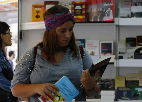 A woman reads a book in the Catalan Book Week Fair in Barcelona (by ACN)