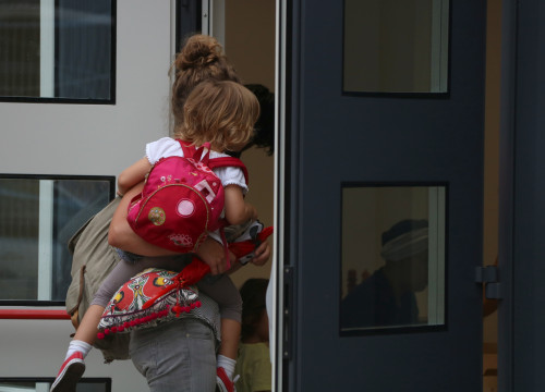 A child and her mother go into the new Eixample 1 school in Barcelona (by ACN)