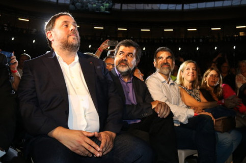 The candidate of pro-independence ERC in the Spanish election, Oriol Junqueras (left), and the top-candidate of Junts per Catalunya, Jordi Sànchez (center), both of them imprisoned in the Soto del Real prison (by Sílvia Jardí)