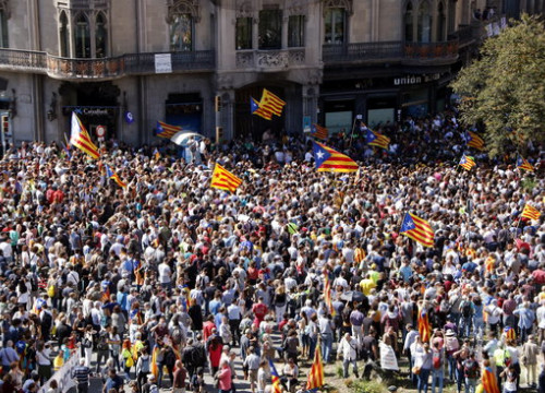 People protesting in front of the Catalan government finance ministry (by ACN)