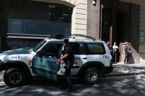 Spanish Guardia Civil police officers in front of the Catalan finance ministry (by ACN)