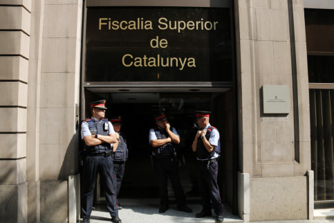 Mossos in front of the prosecutor's office in Catalonia (by ACN)