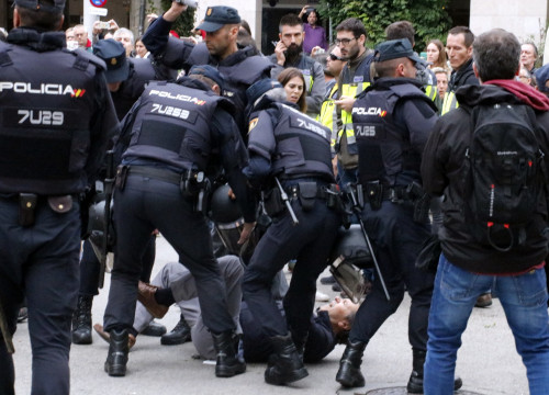 Some Spanish police officers charging some voters during the referendum on independence held in Catalonia on October 1, 2017 (by Gerard Vilà)