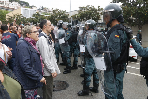 Spanish Guardia Civil officers face voters on referendum day (by Jordi Pujolar)