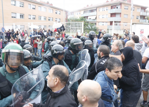 Spanish Guardia Civil police officers clash with voters on referendum day (by Jordi Pujolar)