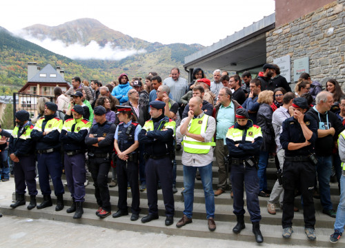 People behind a row of Catalan police officers, some of whom become emotional (by ACN)