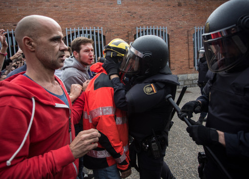Voters facing police officers on October 1 in Catalonia (by Carles Palacio)