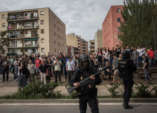 Spanish police officers in front of referendum voters in Girona (by Carles Palacio)