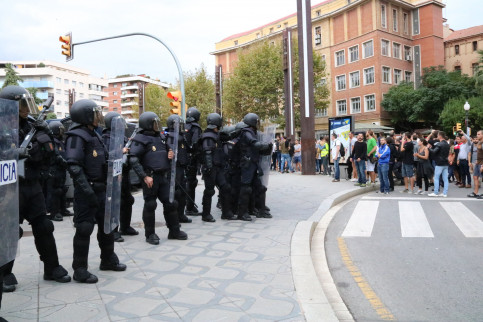 Some police officers in a Tarragona square on October 1, 2017 (by Núria Torres)