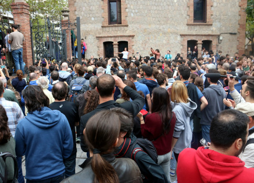 Citizens gather to vote at the Escola Industrial grounds in Barcelona on October 1 (by ACN)