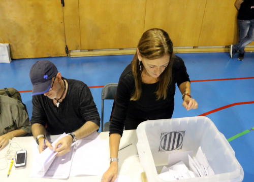 A woman counting ballots on referendum day (by ACN)