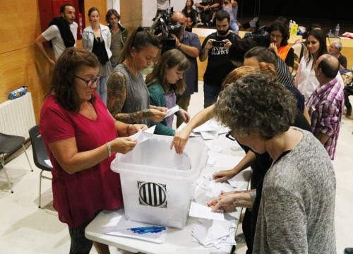 Counting votes cast during the 2017 independence referendum at the Antoni de Martí i Franquès Institute in Tarragona, October 1, 2017 (by Sílvia Jardí)