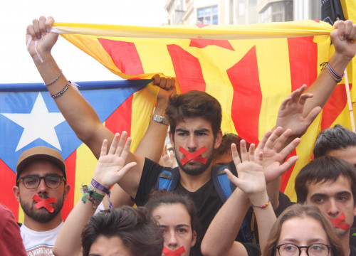 Students protest police violence and uphold the voting resullts in Barcelona center on October 2 (by ACN)