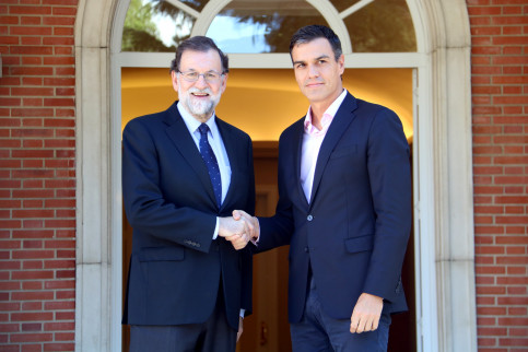 The Spanish president, Mariano Rajoy, shaking hands with the leader of the Spanish Socialist Party, Pedro Sánchez
