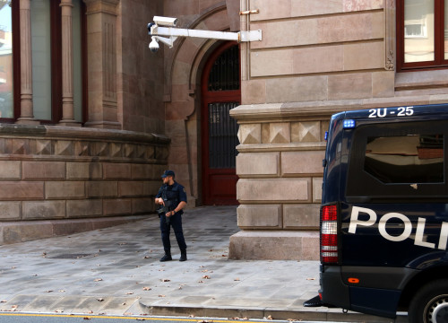 Spanish National Police agent outside the Palace of Justice in Barcelona (by ACN)