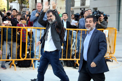Pro-independence activists Jordi Sànchez (right) and Jordi Cuixart arrive in the Supreme Court (by Roger Pi de Cabanyes)
