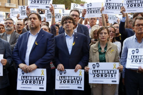 From left to right: vice president Oriol Junqueras, president Carles Puigdemont and former Parliament president Carme Forcadell in a rally on October 21 to demand the release of imprisoned Catalan leaders (by Rafa Garrido)