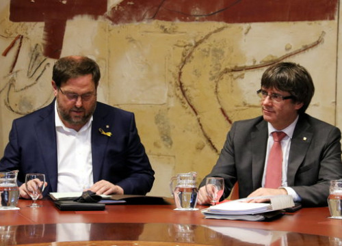 Image of the former Catalan vice president, Oriol Junqueras, with the former president, Carles Puigdemont, in October 2017 (by Pere Francesch)