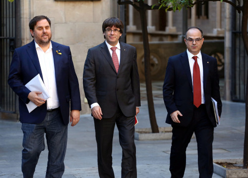 Oriol Junqueras, Carles Puigdemont, Jordi Turull walking towards a cabinet meeting on October 24 (by the Catalan government)