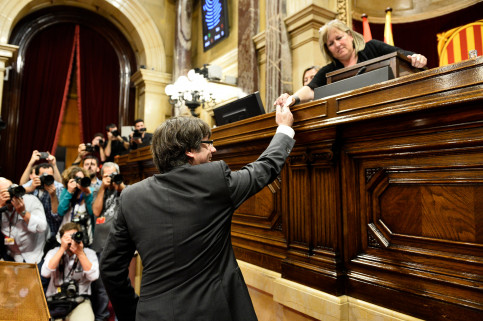 Puigdemont voting on declaration of independence (by ACN)