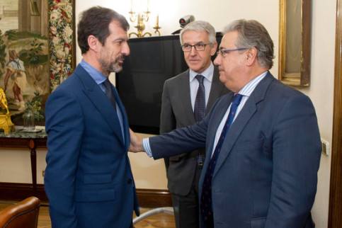 Former Catalan police chief Ferran López (left) with Spain's former interior minister Juan Ignacio Zoido (by Spanish Ministry of Interior)