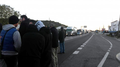Some citizens blocking N-340 road in Southern Catalonia