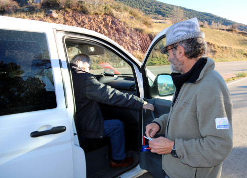 A passenger and driver from the 'Passem el Cantó' taxi service on November 15 (by Marta Lluvich)