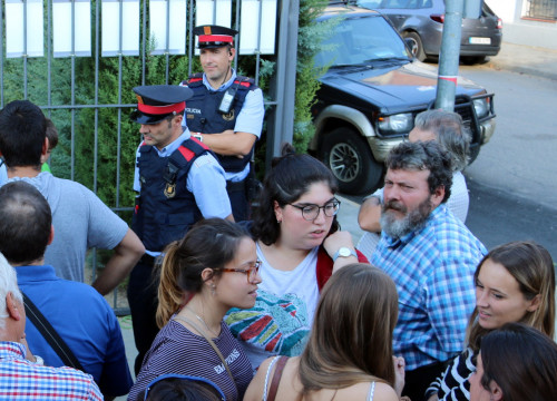 Manel Riu, the bearded man on the right in the chequered shirt, with fellow residents defending a polling station in town of Tremp on Oct 1(by ACN)