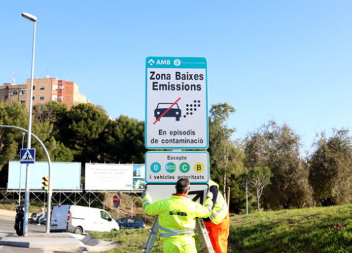 A sign indicating a low emissions zone and the resttriction of cars in Barcelona. (Photo: Pol Solà)