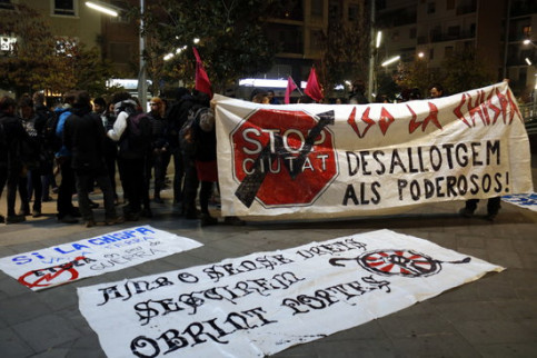 "Protesters hold up a sign reading ""Evict the powerful"" during a demonstration against an eviction in Lleida in November, 2017 (by Oriol Bosch)"