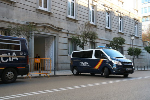 A police van outside the Spanish Supreme Court (by Xavier Alsinet)