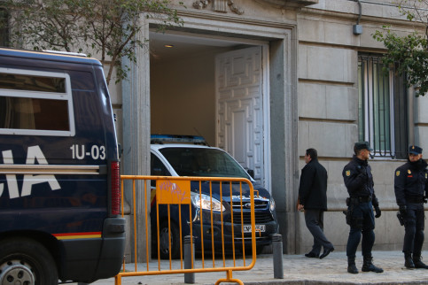 A Spanish police van arriving in the Supreme Court carrying some jailed pro-independence leaders (by Xavier Alsinet)