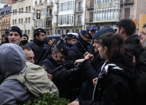 Tension between the police and demonstrators in Lleida (by Violeta Gumà)