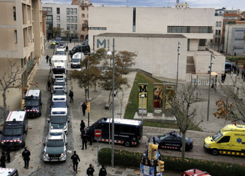 Sixena artworks leaving Lleida in a moving van, escorted by ten police vehicles