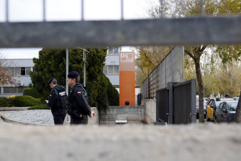 Spanish Guardia Civil officers at Unipost headquarters in L'Hospitalet de Llobregat (by Laura Fíguls)