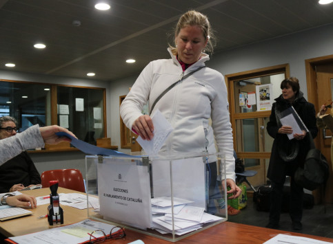 A woman voting in Brussels (by ACN)
