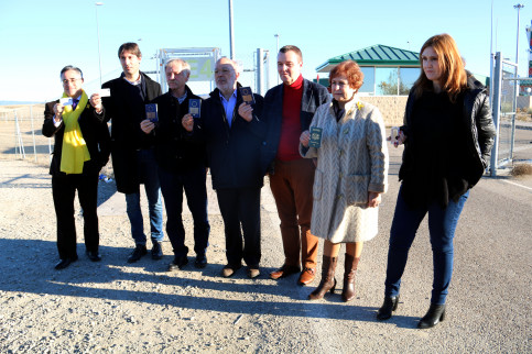 MEPs gather at the entrance of Estremera prison, in Madrid (by ACN)