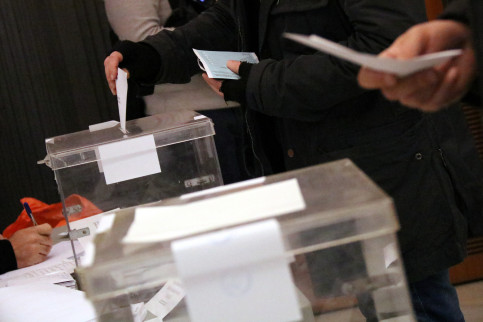 Voters cast their ballots on December 21 2017 (by Núria Julià)