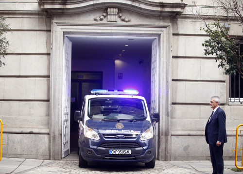 The police van leaves the Spanish Supreme Court to take Oriol Junqueras back to the Estremera prison where he is being held on January 4 2017 (by Javier Barbancho / ACN)