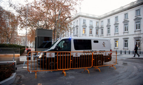 Guardia Civil police van at the entrance of Spain's National Court (by Pol Solà)