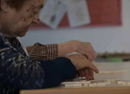 Two elderly women work on a puzzle in a public rest home on January 16 2018 (by Elisenda Rosanas)