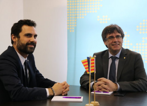 Catalan parliament speaker Roger Torrent (left) and former president Carles Puigdemont (by Blanca Blay)