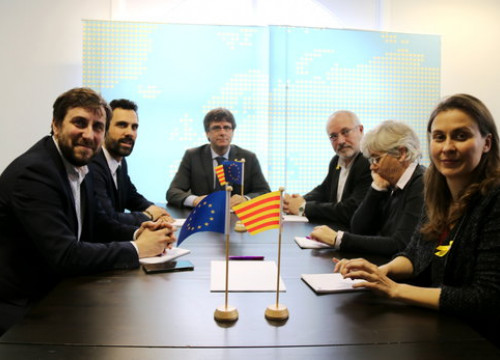 Deposed Catalan ministers with deposed president Carles Puigdemont and Parliament speaker Roger Torrent (by Jordi Borràs)
