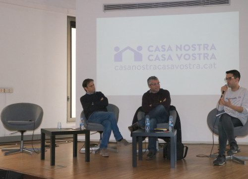 Jaume Asens and Oriol Amorós in a talk from 'Casa Nostra, Casa Vostra' on February 18 2018. On the left, a vacant chair that was reserved for a representative of the Spanish government (by Júlia Pérez)