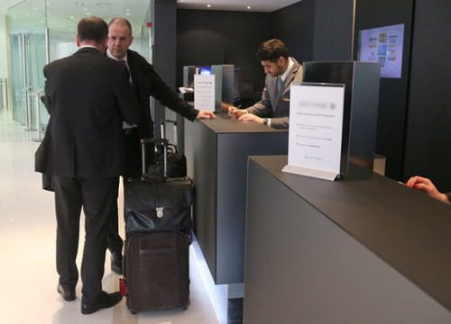Two men checking in to a hotel in Sitges on Monday (by ACN)