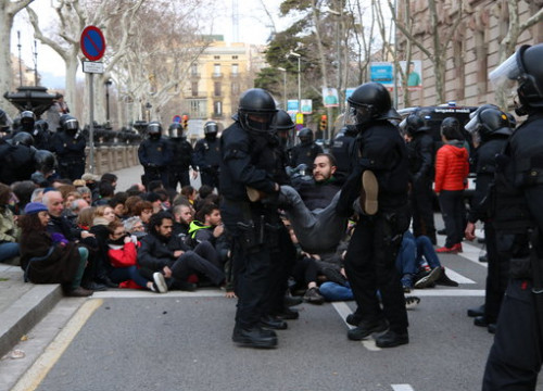 A protester is removed by police in front of the Catalan High Court, February 23, 2018 (by Andrea Zamorano)