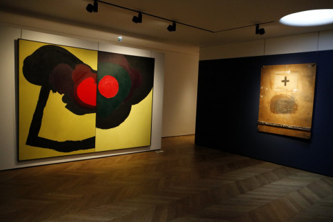 On the left, a piece by Luis Feito, and on the right, art by Antoni Tàpies at the Colnaghi art gallery in London on February 26 2018 (by Guillem Roset)