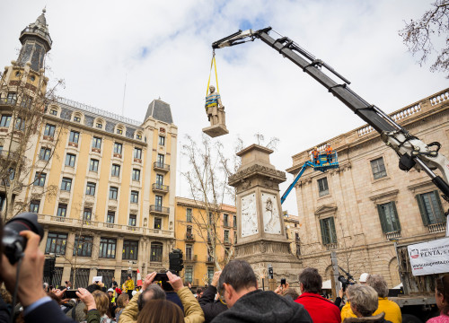 A crane removing the statue of Antonio López i López in Barcelona on March 4 2018 (photo from the Barcelona City Hall)