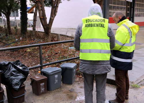 Environmental educator checking rubbish  (by Marta Lluvich)