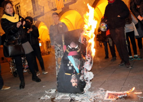 An image of the Spanish king Felipe VI being burned at a protest in 2018 (by Gemma Aleman)